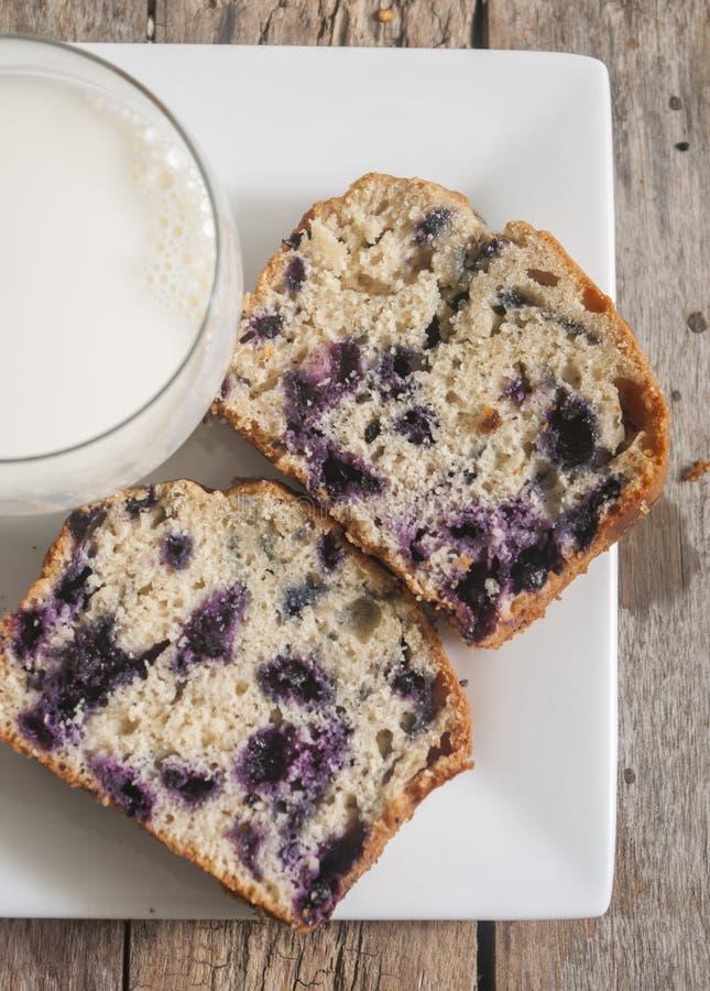 家庭焙制的柠檬蛋糕用蓝莓 库存照片