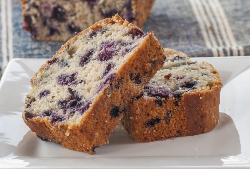 家庭焙制的柠檬蛋糕用蓝莓 免版税图库摄影
