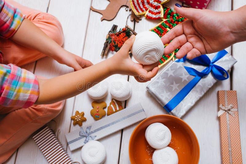 家庭爱 圣诞节欢乐食物 免版税库存图片