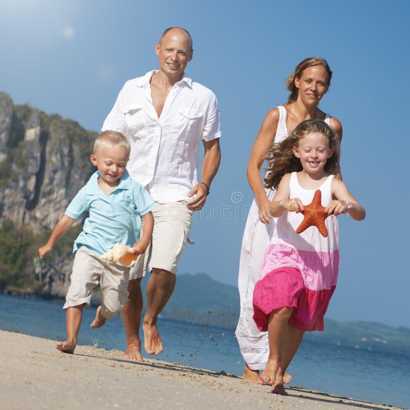 家庭父亲母亲儿子女儿海滩乐趣概念 免版税库存图片