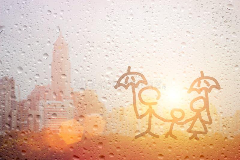 画家庭爸爸妈咪和儿童手有伞的在下雨中 免版税库存图片