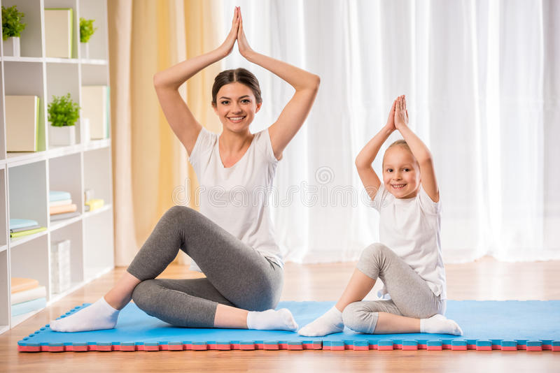 家庭瑜伽 免版税图库摄影