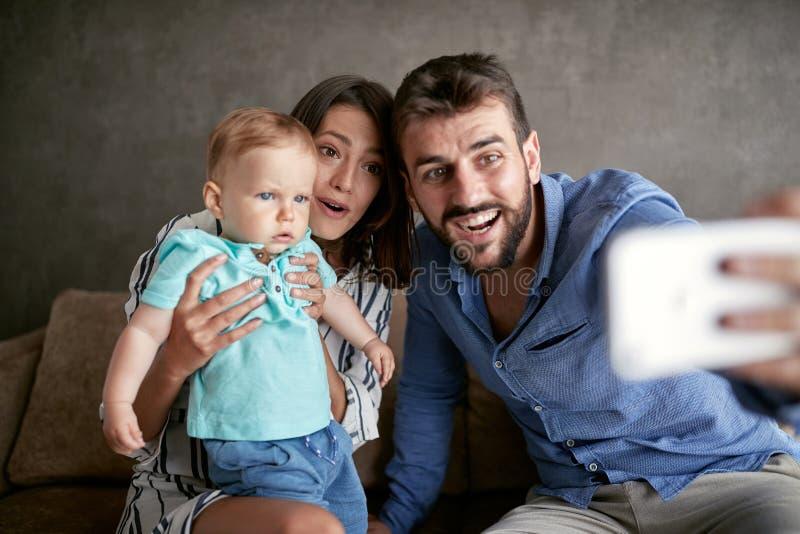 家庭生活方式-结合采取与男婴的一selfie,接近的u 免版税库存图片