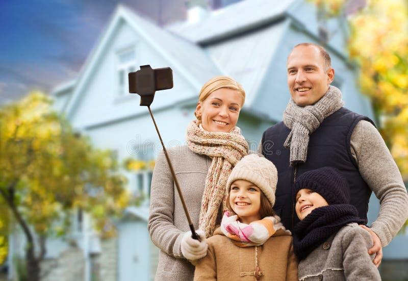 家庭由在房子的手机采取秋天selfie 免版税图库摄影