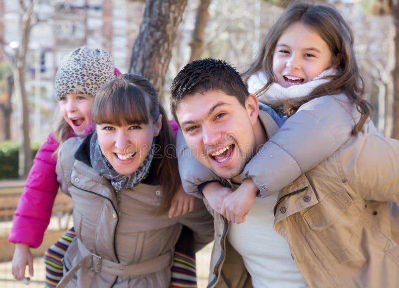 家庭画象与户外两个女孩的 库存照片