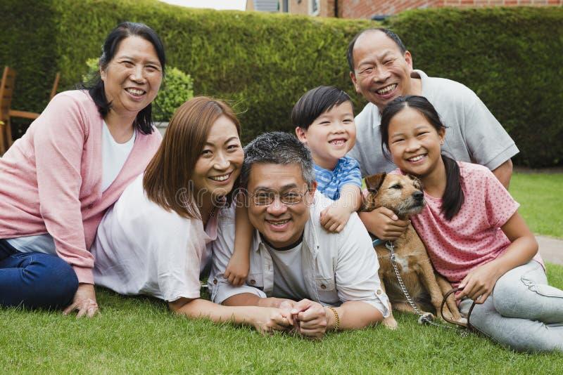 家庭画象在庭院里 免版税库存图片