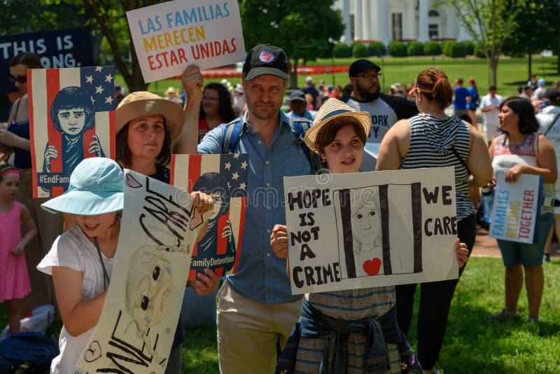 家庭的抗议者一起属于集会 免版税库存图片