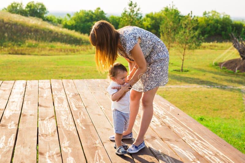 家庭的概念-户外母亲和儿童儿子在夏天 免版税库存图片