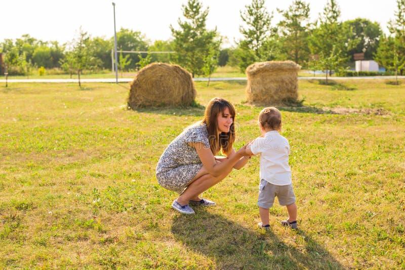 家庭的概念-户外母亲和儿童儿子在夏天 库存图片