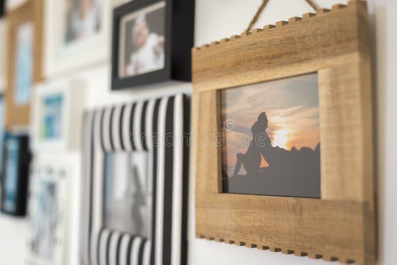 家庭的照片以各种各样的照片框架 免版税库存图片