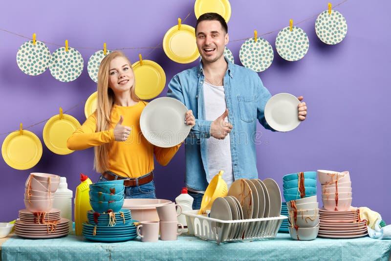 家庭的野兽choise 享受家事的家庭在厨房里 免版税图库摄影