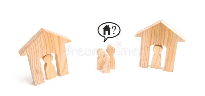 家庭站立在两个居住的房子之间 缺少住房的概念 昂贵的住房和贷款 无家可归的系列 库存图片