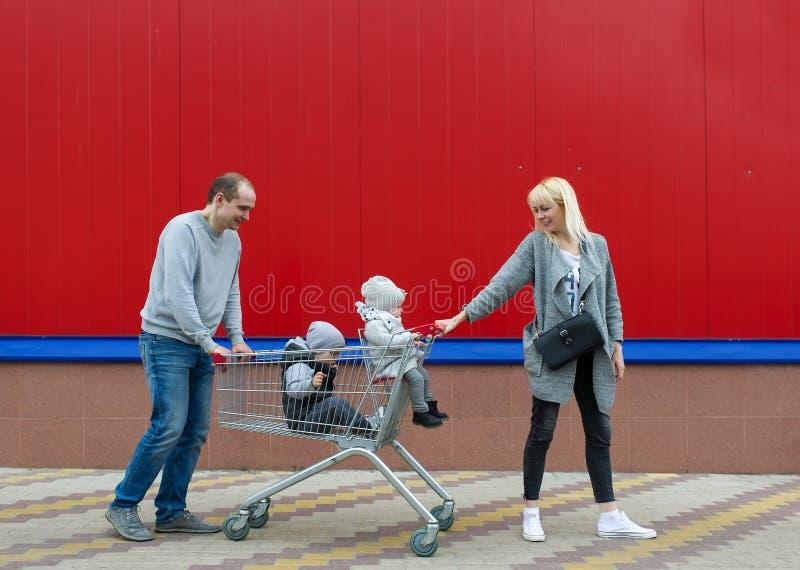 家庭竞选在要做购物的超级市场 免版税库存照片