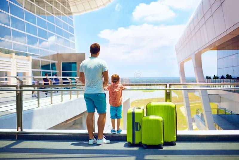 家庭等待的搭乘在国际机场,暑假 免版税库存图片