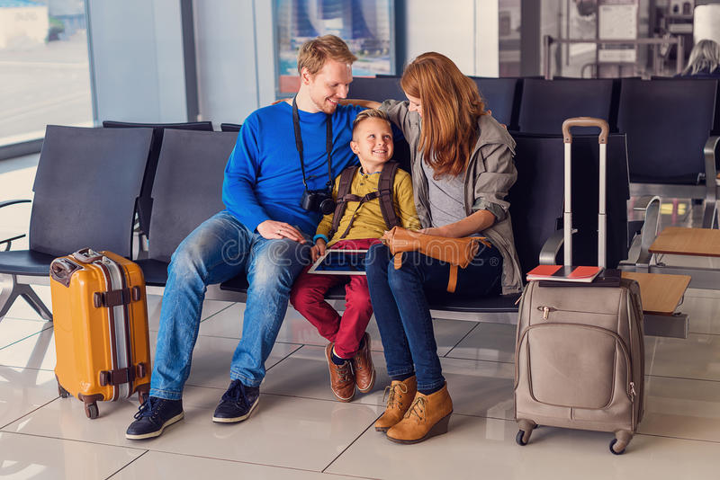 家庭等待的离开在机场 库存照片