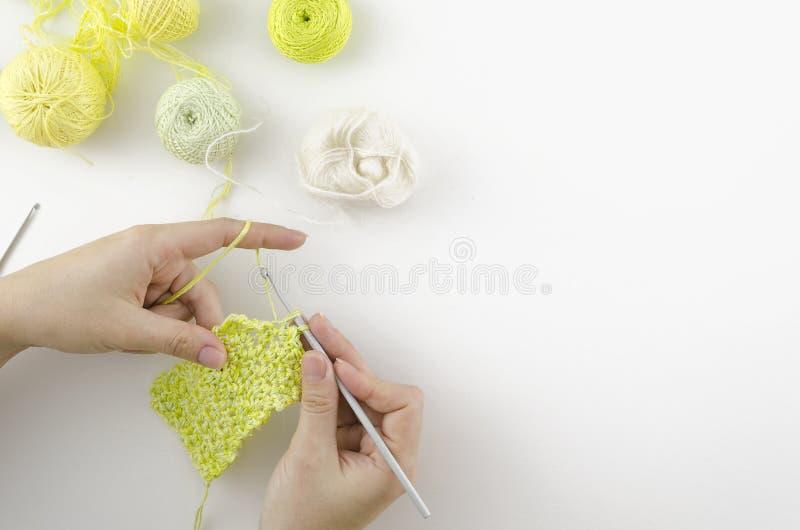 家庭编织的桌工作区顶视图 针线妇女的手角落构筑了 在白色背景的拷贝空间 库存照片