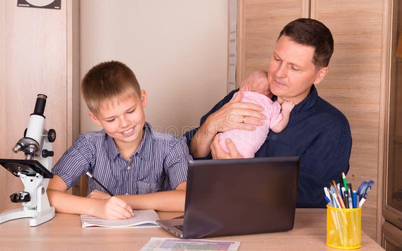 家庭育儿和教育概念 有新出生的ba的父亲 库存照片