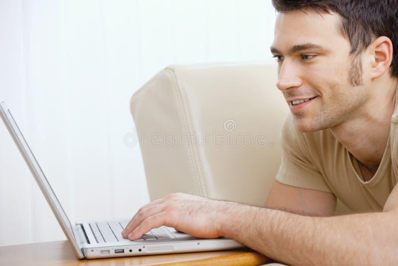 家庭膝上型计算机人使用 免版税图库摄影