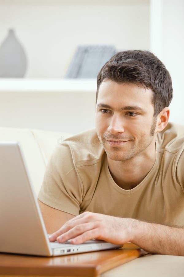 家庭膝上型计算机人使用 免版税库存照片