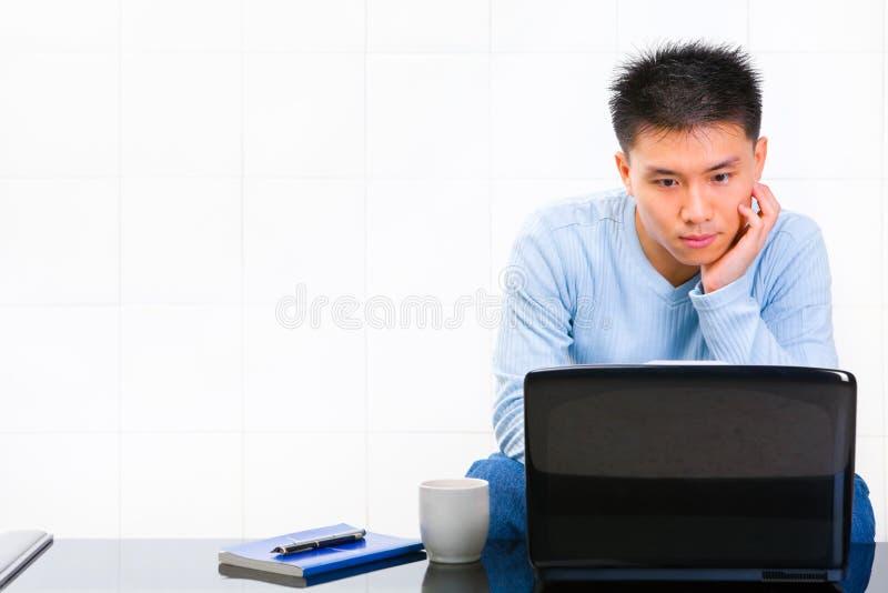 家庭膝上型计算机使用 免版税库存图片