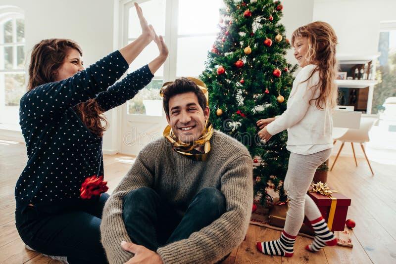 家庭获得乐趣一起在圣诞节 免版税库存图片