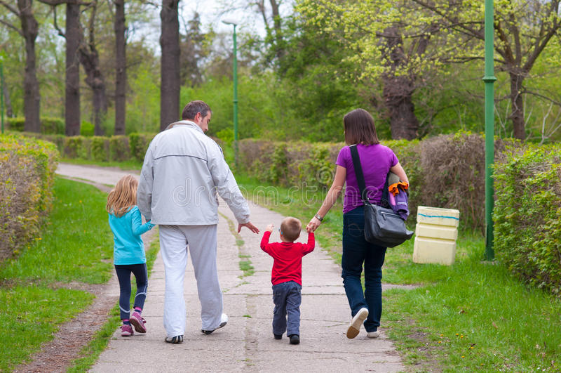 年轻家庭获得乐趣在公园 库存图片