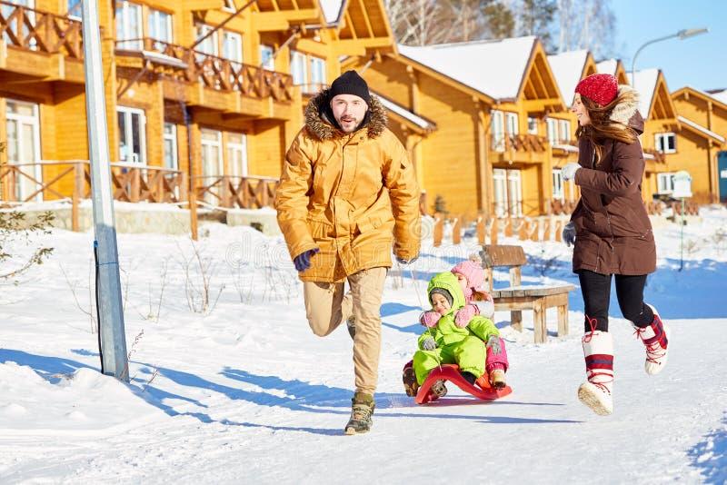 家庭获得乐趣在冬天 免版税库存图片