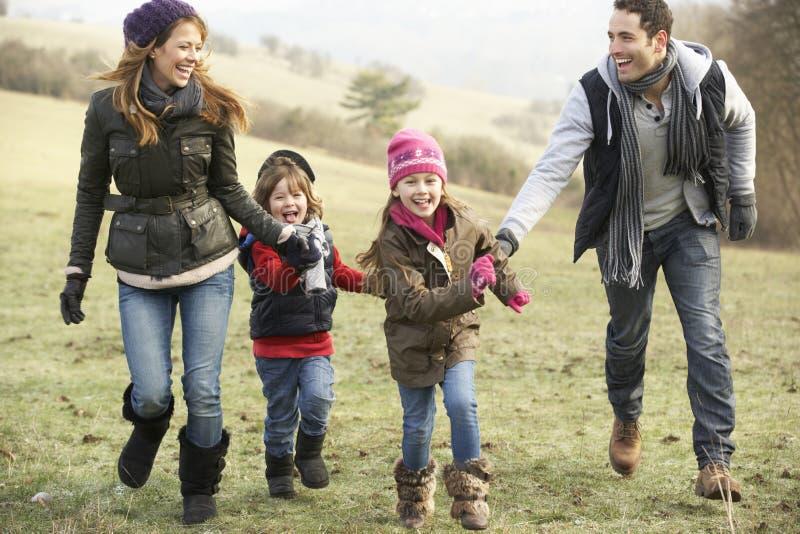 家庭获得乐趣在国家在冬天 免版税图库摄影