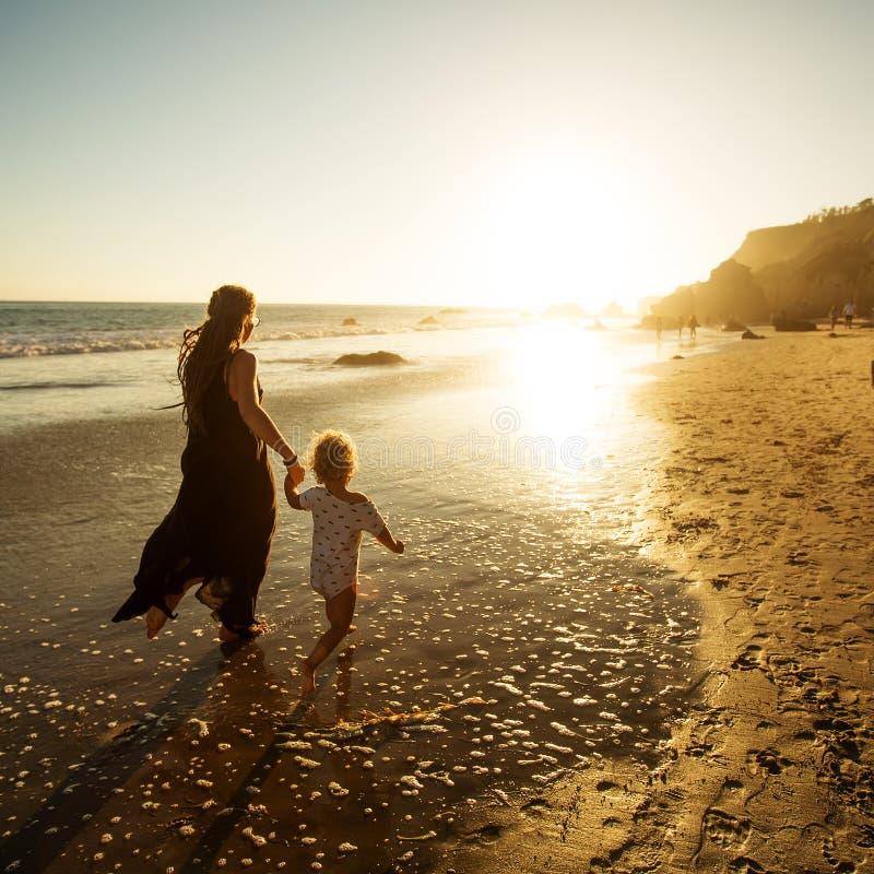 家庭获得乐趣在海滨 库存图片