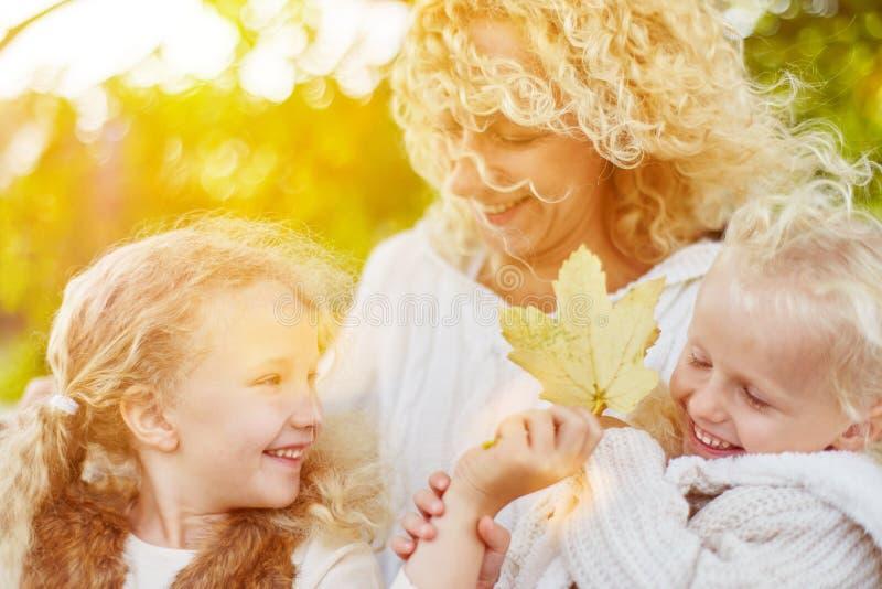 家庭获得乐趣在秋天 免版税库存照片