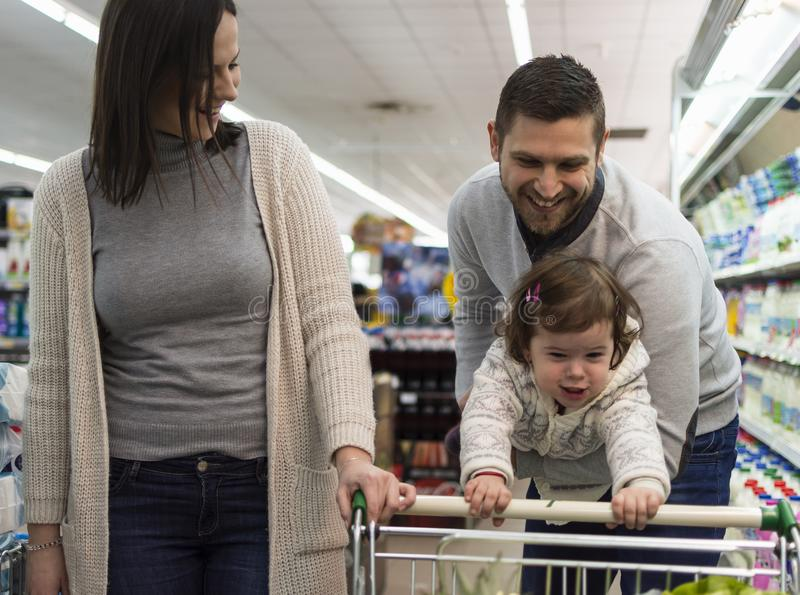 家庭获得乐趣在超级市场 库存照片