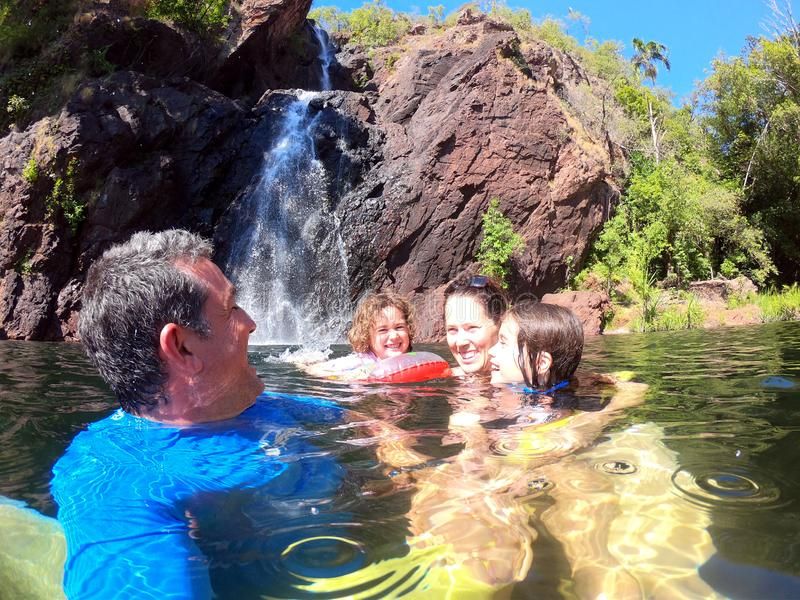 家庭获得乐趣在Wangi跌倒澳大利亚的北方领土 免版税库存照片