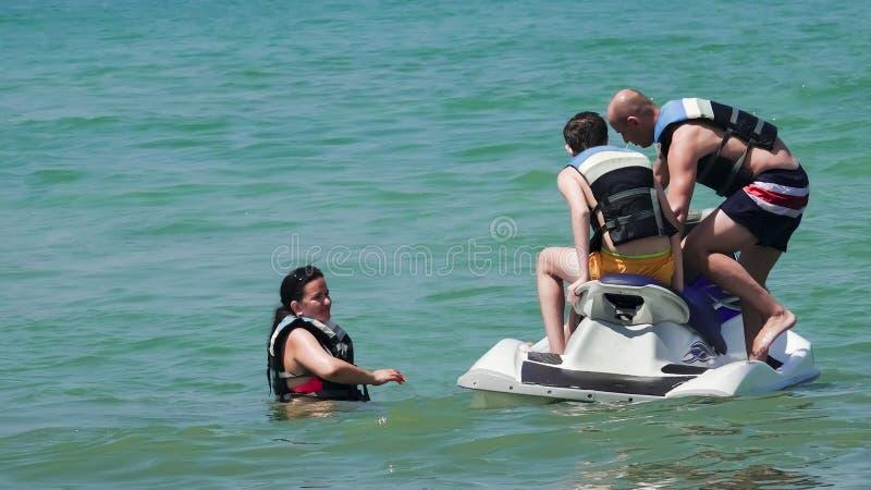 家庭获得在喷气机滑雪的乐趣在海滩海岛 库存照片