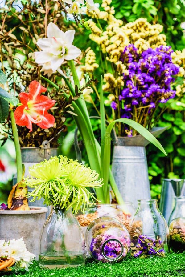 家庭装饰想法,在一个清楚的瓶的花 库存照片