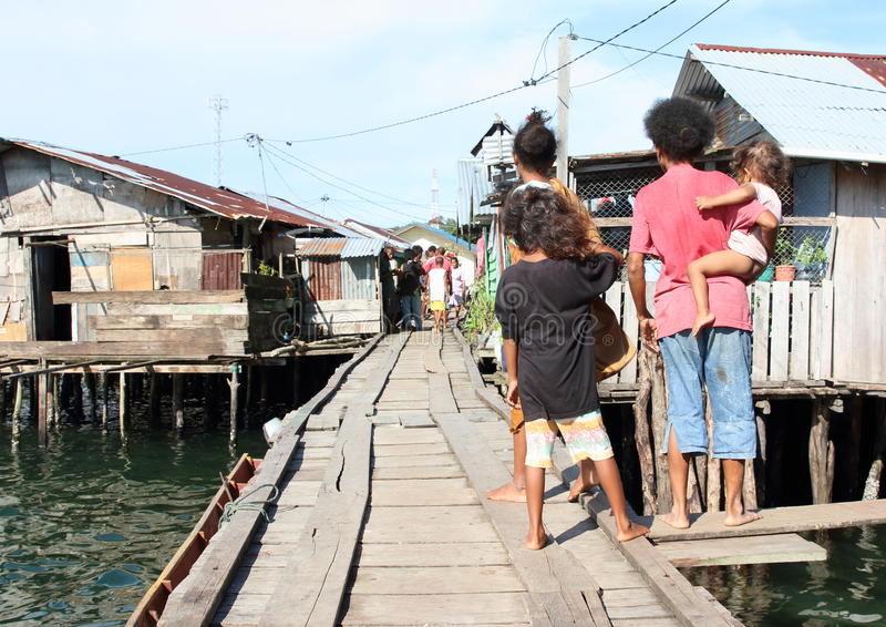 家庭观看在渔夫村庄争论 免版税库存图片