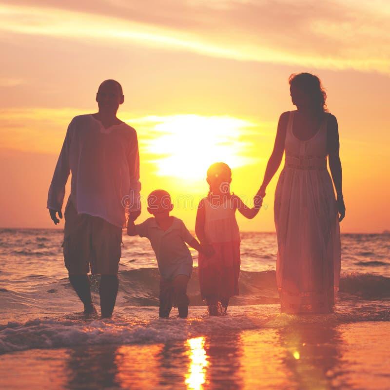 家庭走的海滩日落旅行假日概念 免版税图库摄影