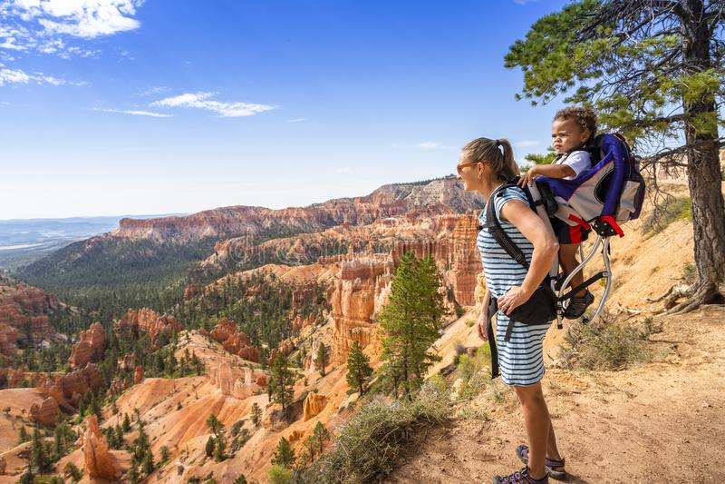 家庭远足在美国犹他州布莱斯峡谷国家公园进行,眺望风景优美的景色 免版税图库摄影