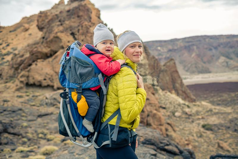 家庭远足,有婴孩的母亲背包的 免版税库存照片