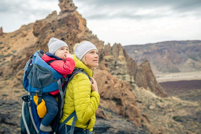 家庭远足,有婴孩的母亲背包的 图库摄影