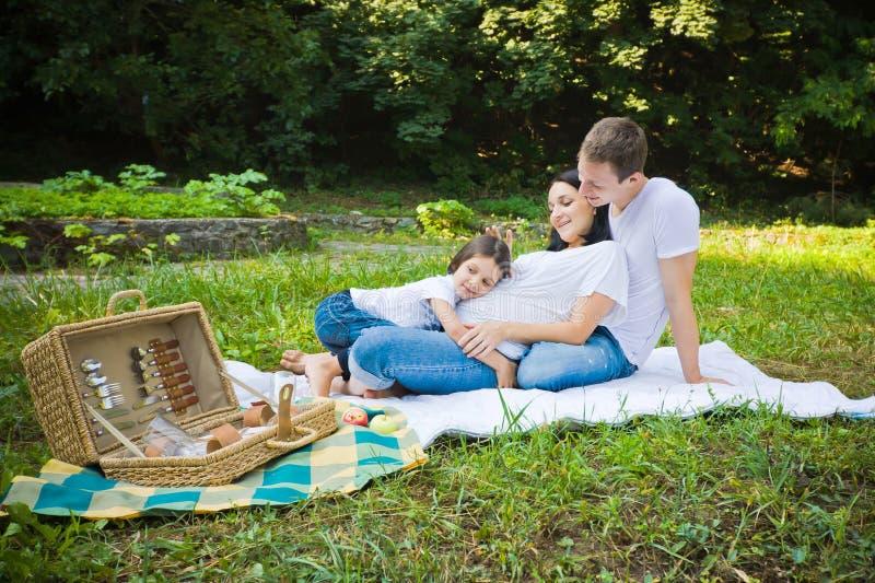 家庭野餐在公园 免版税库存照片