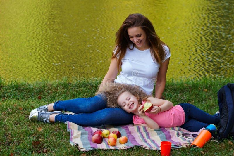 家庭野餐 母亲和女儿 库存照片
