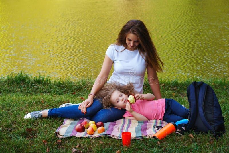 家庭野餐 母亲和女儿 免版税库存照片
