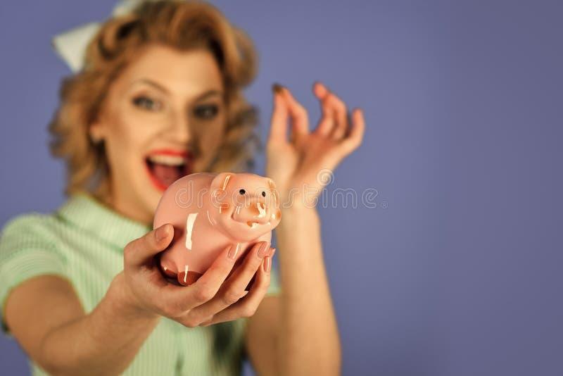 家庭预算 肉欲的女孩存金钱为未来 免版税图库摄影