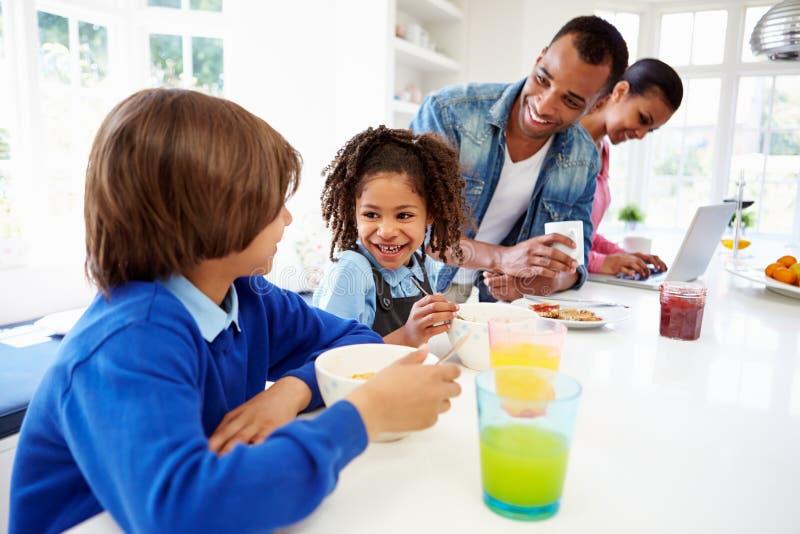 家庭食用早餐在厨房在学校前 库存图片