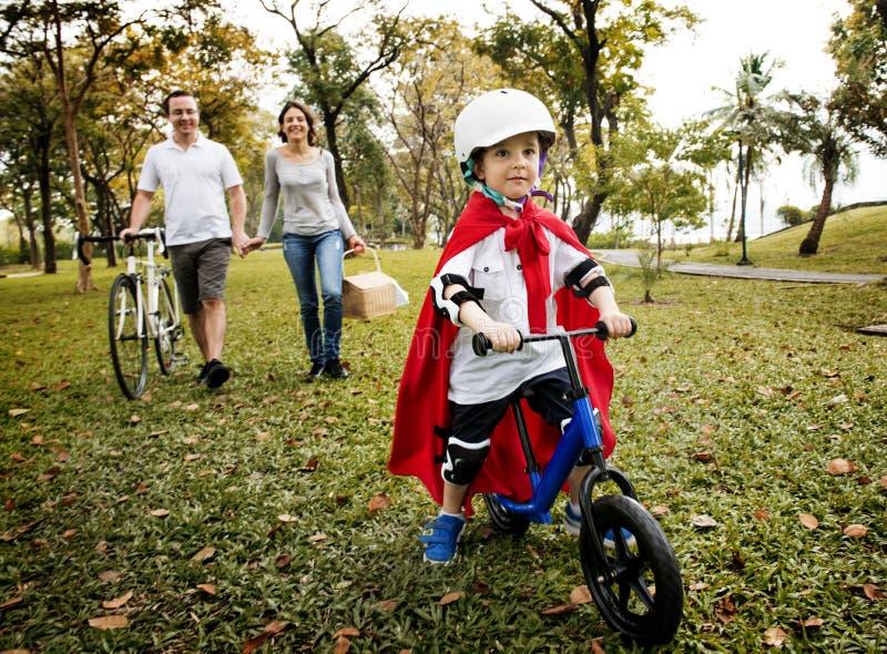 家庭骑自行车的假日周末活动 免版税图库摄影