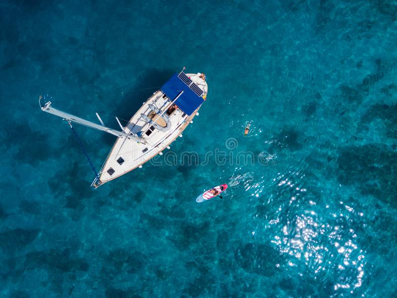 家庭鸟瞰图与基于游艇的可爱的孩子的 免版税图库摄影