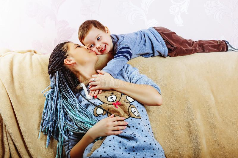 家庭,母亲` s天,儿子,孩子,微笑,快乐,童年, 库存照片