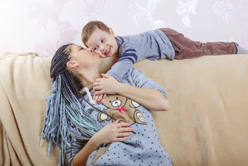 家庭,母亲` s天,儿子,孩子,微笑,快乐,童年, 免版税图库摄影