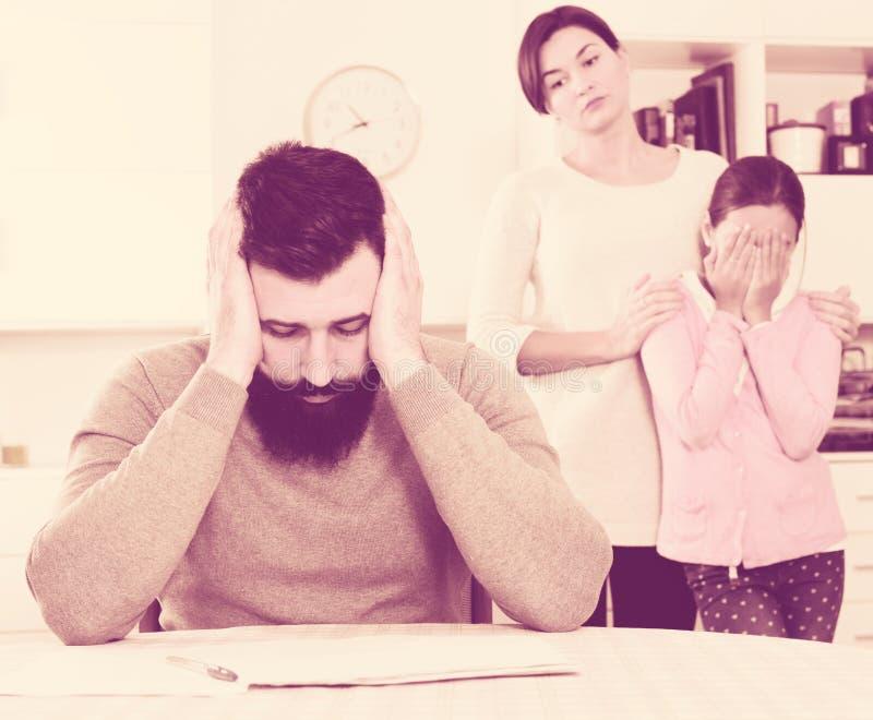 年轻家庭经历与付电费单的困难 库存照片