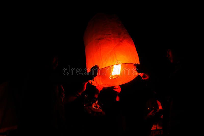 家庭-在Yeepeng节日的泰国人浮动灯 免版税图库摄影